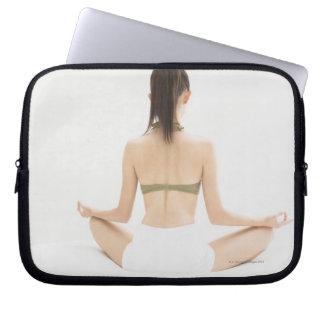 Kvinna som gör yoga laptop sleeve