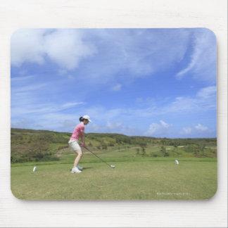 Kvinna som leker golf musmatta