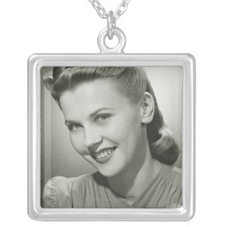 Kvinna som ler 2 silverpläterat halsband