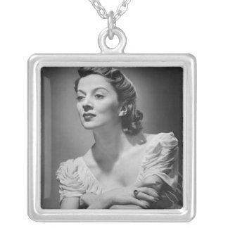 Kvinna som poserar i studio silverpläterat halsband