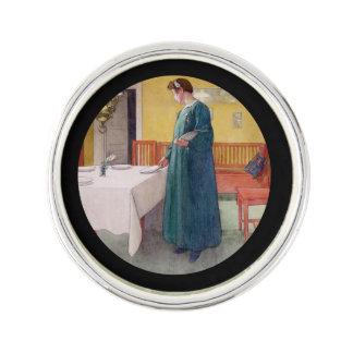 Kvinna som ställer in bord kavajnål