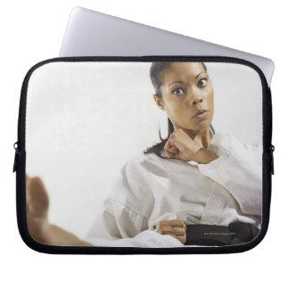 Kvinna som utför kampsportar 2 laptop sleeve
