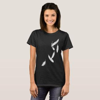Kvinna tshirt med fallande fjädrar tröjor