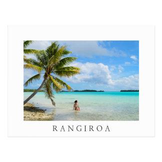 Kvinna under en palmträdRangiroa vykort