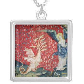 Kvinnahälerivingar som flyr draken silverpläterat halsband