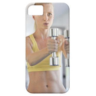 Kvinnan som övar med, väger iPhone 5 Case-Mate fodral