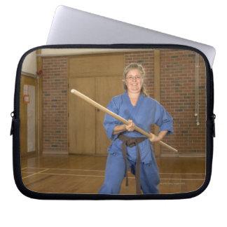 Kvinnan som utför Ken-Gör-Kai Karate som ler, Laptop Fodral
