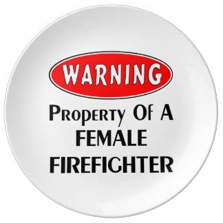 Kvinnlig brandmanegendom porslinstallrik
