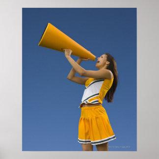 Kvinnlig hejaklacksledare som ropar in i megafonen affisch