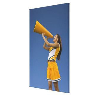 Kvinnlig hejaklacksledare som ropar in i megafonen kanvasduk med gallerikvalitet