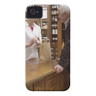 Kvinnlig pharmacist som råder kunder iPhone 4 Case-Mate cases