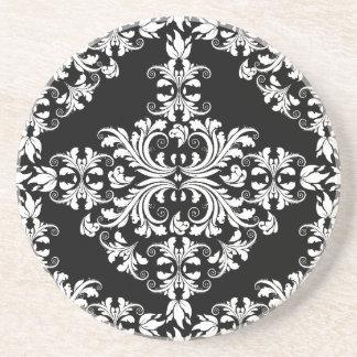 Kvinnlig vit på svart damast underlägg sandsten