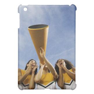 Kvinnliga hejaklacksledarear som ropar till och me iPad mini fodral