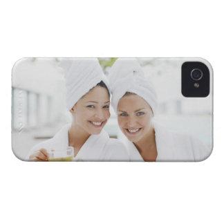 Kvinnor i badrockar som dricker tea på brunnsorten Case-Mate iPhone 4 skal