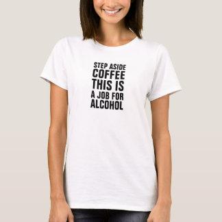 Kvinnor kliver åt sidan kaffe som detta är ett t-shirt