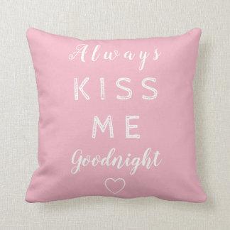 Kyssa alltid mig goodnight rosa- och vittypografi kudde