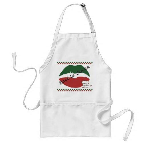 Kyssa det italienska kvinna för kocken förklädet f förkläden
