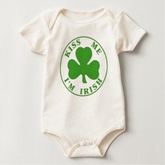 Kyssa mig irländsk baby T för I-förmiddagen Sparkdräkt