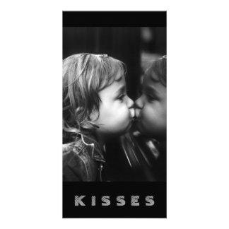 Kyssar flicka som kysser henne kort för reflexion