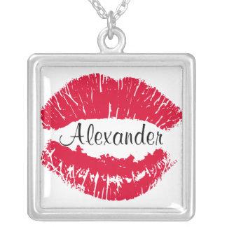 Kyssläppstiftkyssen markerar personlighalsbandet silverpläterat halsband