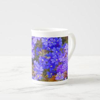 Läckerbiten blommar i deppighet och lila tekopp