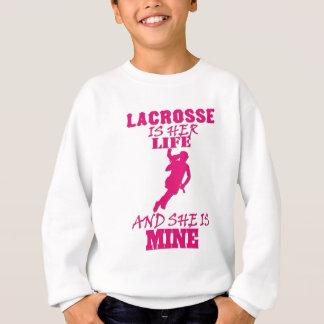 Lacrosse är henne liv, och han är den min tee shirt