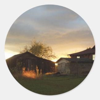 Ladugårdar i eftermiddagsolljuset runt klistermärke