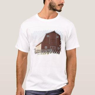 Ladugården i lantligt landskap t-shirts
