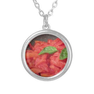 Laga mat hemlagad tomatsås genom att använda ny silverpläterat halsband