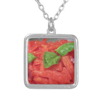 Laga mat hemlagad tomatsås genom att använda nya silverpläterat halsband