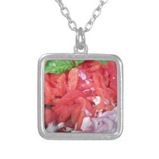 Laga mat hemlagad tomatsås genom att använda silverpläterat halsband