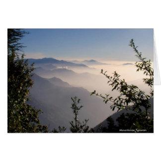 Lagrar av berg i moln/landskap hälsningar hälsningskort