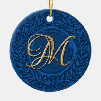 Lagrarkran med den guld- monogramen i blått rund julgransprydnad i keramik
