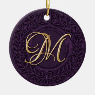 Lagrarkran med den guld- monogramen i Dk-lilor Rund Julgransprydnad I Keramik
