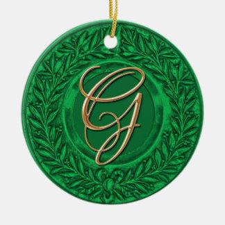 Lagrarkran med den guld- monogramen i grönt rund julgransprydnad i keramik