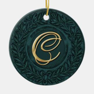 Lagrarkran med den guld- monogramen i kricka rund julgransprydnad i keramik