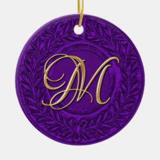 Lagrarkran med den guld- monogramen i lilor julgransprydnad keramik