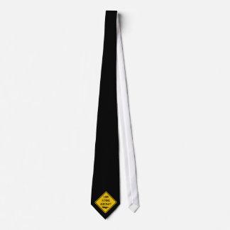 Lågt flygflygplan - trafikera undertecknar slips