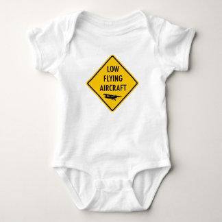Lågt flygflygplan - trafikera undertecknar t shirts