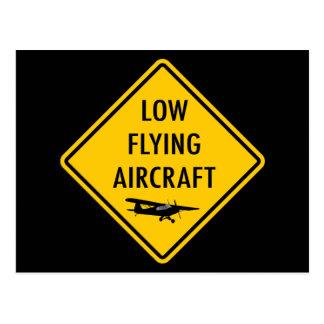 Lågt flygflygplan - trafikera undertecknar vykort
