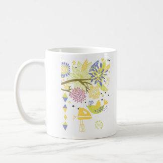 landkök - räcka blandaren på floral. kaffemugg