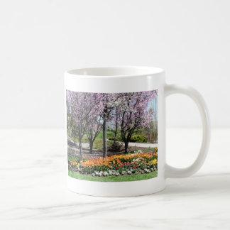 landskap blommigt springtimelandskap vit mugg