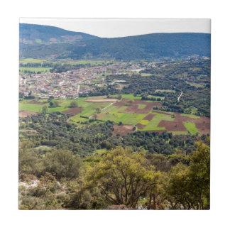 Landskap byn med hus i dalen av Grekland Kakelplatta