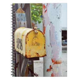 Lantlig gul brevlåda anteckningsbok med spiral