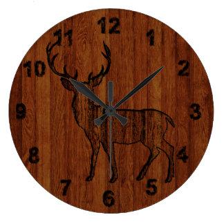 Lantlig hjort som snidas i trä, verkställer stor klocka