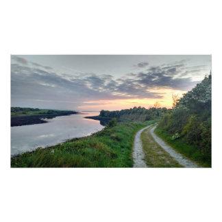 Lantlig solnedgång över tryck för Galway fjärdfoto