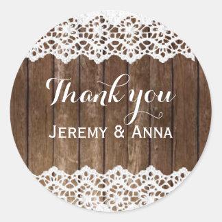 Lantligt snöreträ tackar dig bröllopklistermärken runt klistermärke