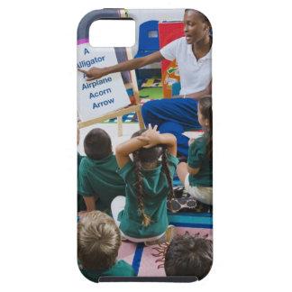 Lärare med förskole- studenter i klassrum tough iPhone 5 fodral