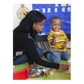 Lärare med småbarn i daycare vykort