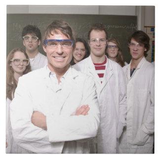 Lärare med studenter i vetenskap klassificerar kakelplatta